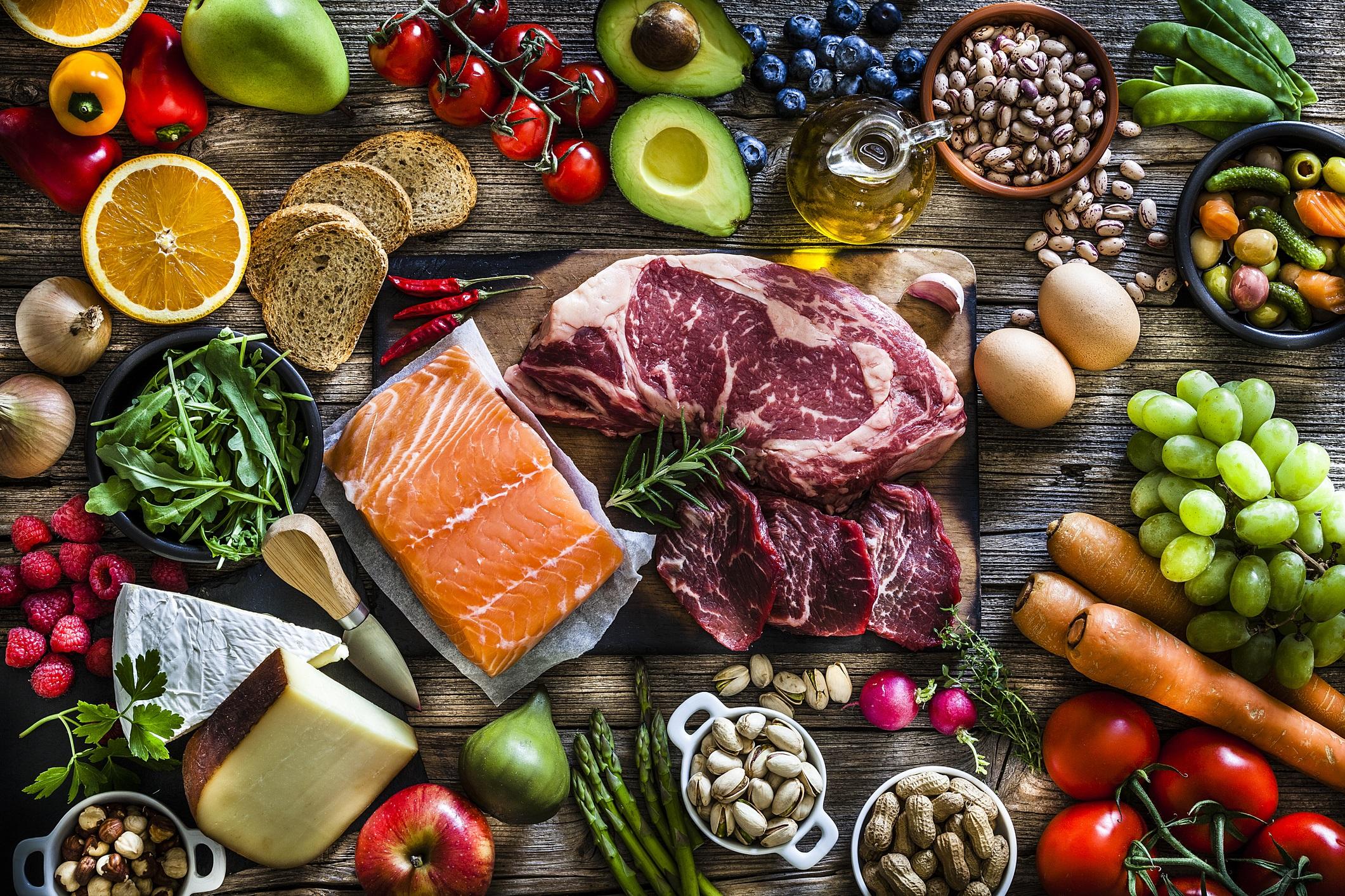 <p>Обърнете се към плодове, зеленчуци, постно месо и здравословни закуски, като ядки. Запасете килера и хладилника си само с здравословни храни и няма да се изкушите да изядете кутия сладолед, когато сте депресирани.</p>