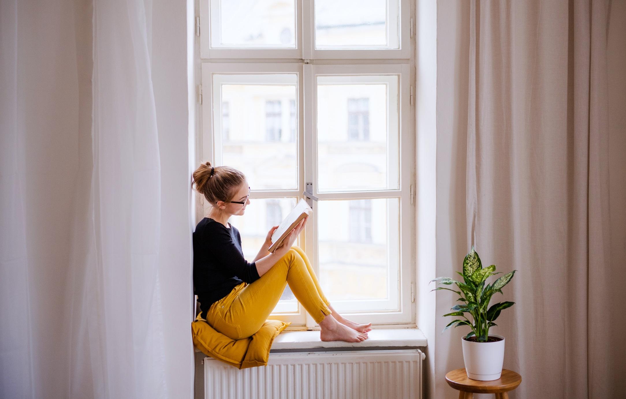 <p>Намерете си и други занимания вкъщи като четене, решаване на кръстословици. Сядайте на дивана само за няколко часа на ден, за да гледате предавания и филми,&nbsp; за които знаете, че ще подобрят настроението ви.</p>