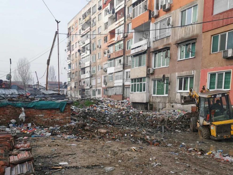 """Изринаха 400 тона боклук от междублоковите  пространства в """"Столипиново"""" (СНИМКИ)"""