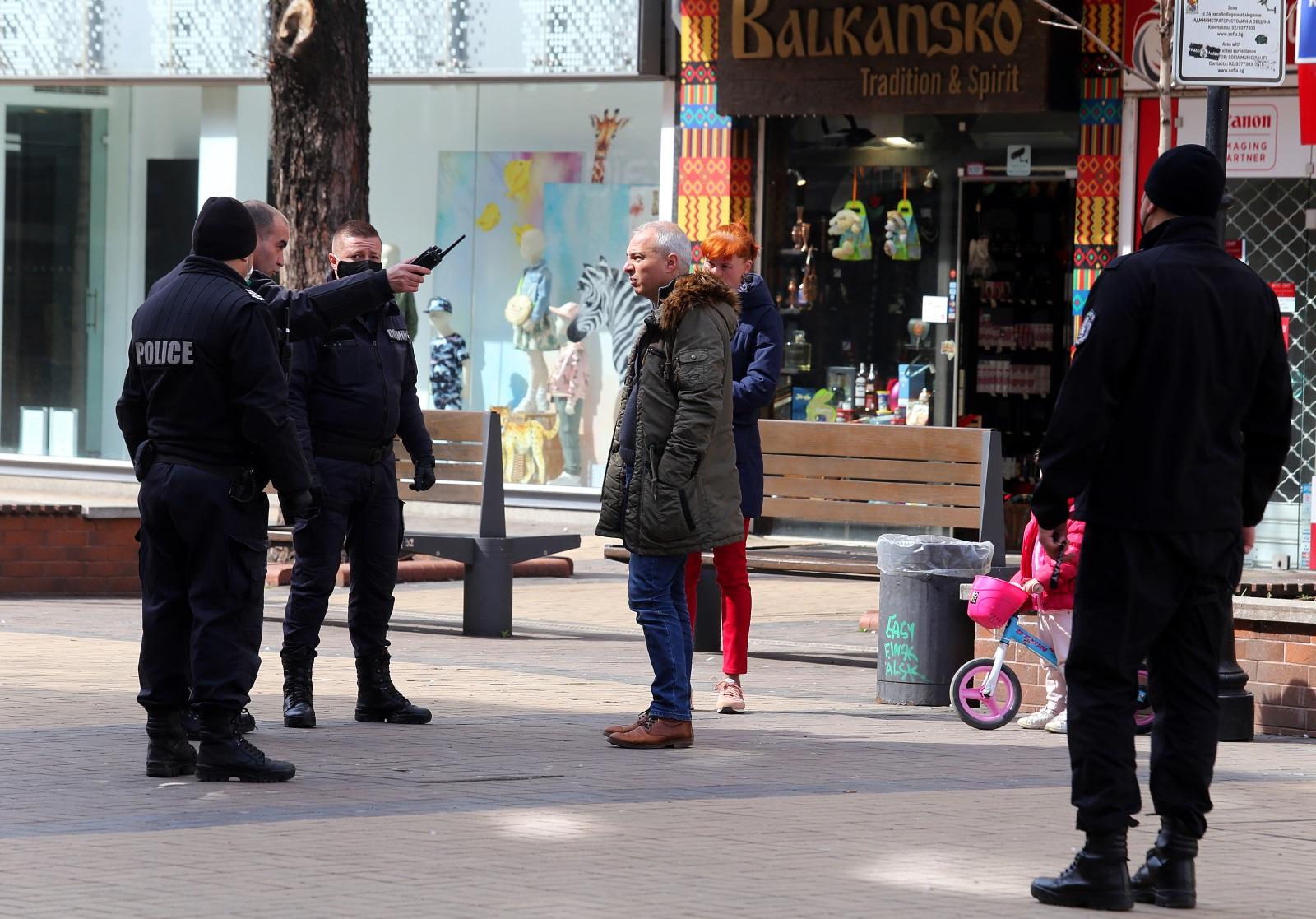 <p>Във връзка с въведените мерки и извънредното положение служители на столичната полиция предупреждат хората да не се разхождат по пешеходната зона на бул. &quot;Витоша&quot;</p>
