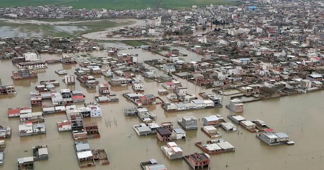 Наводнения са отнели живота на най-малко 21 души в Иран,
