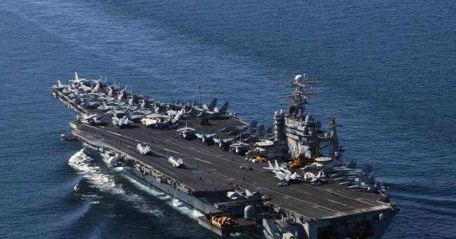 Военноморските сили на САЩ евакуират хиляди моряци от атомния самолетоносач