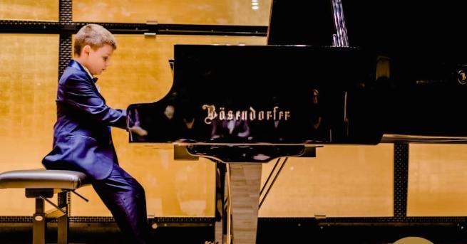 8-годишният Борис Дюлгеров от школата по пиано при Народно читалище