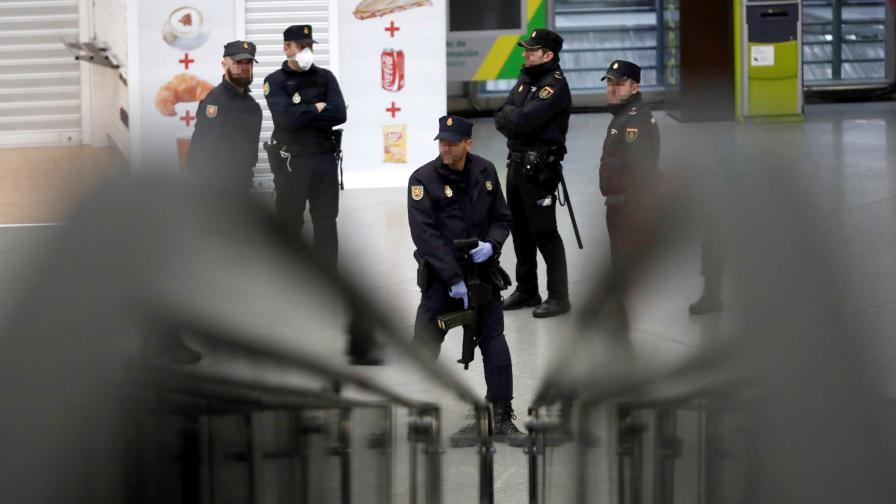 Обезвредиха полугол мъж с два меча на улица в Мадрид