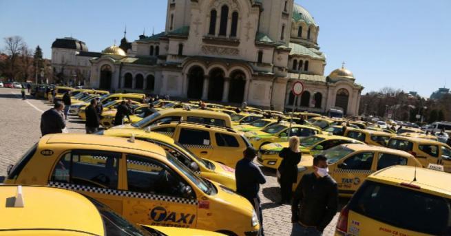Таксиметрови шофьори излязоха на протест и окупираха пространството около храм-паметник