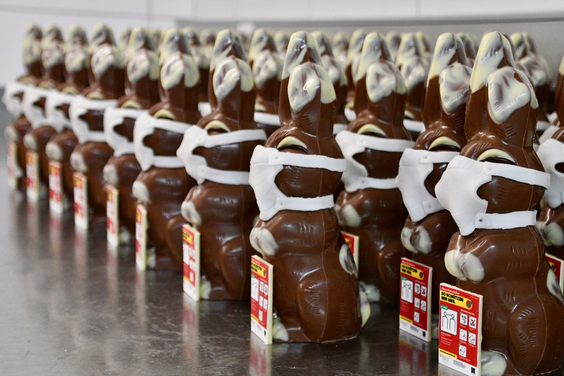 <p>Производство на шоколадови зайчета с маски за лице в сладкарски цех Рихнер, във Велтейм, Швейцария.</p>