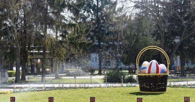 """Работниците от ОП """"Паркстрой"""" поставиха великденска украса в централната част"""