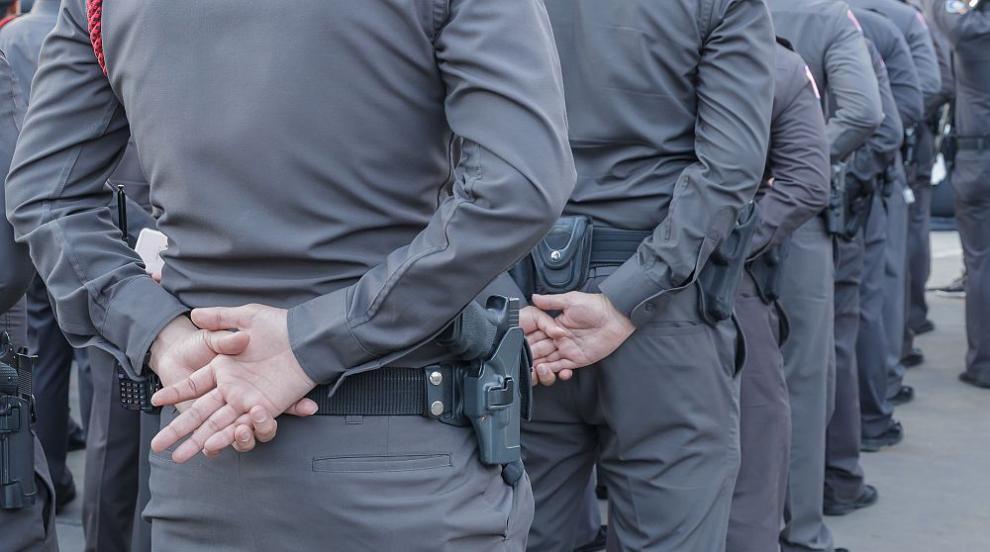 Задържаха двама разследващи полицаи при получаване...