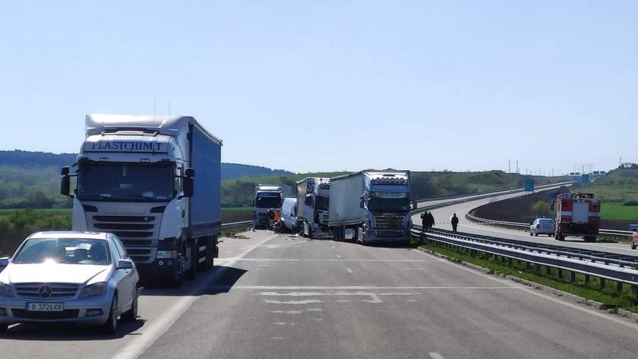 """Верижна катастрофа на АМ """"Марица"""" с 2 камиона и 7 коли"""