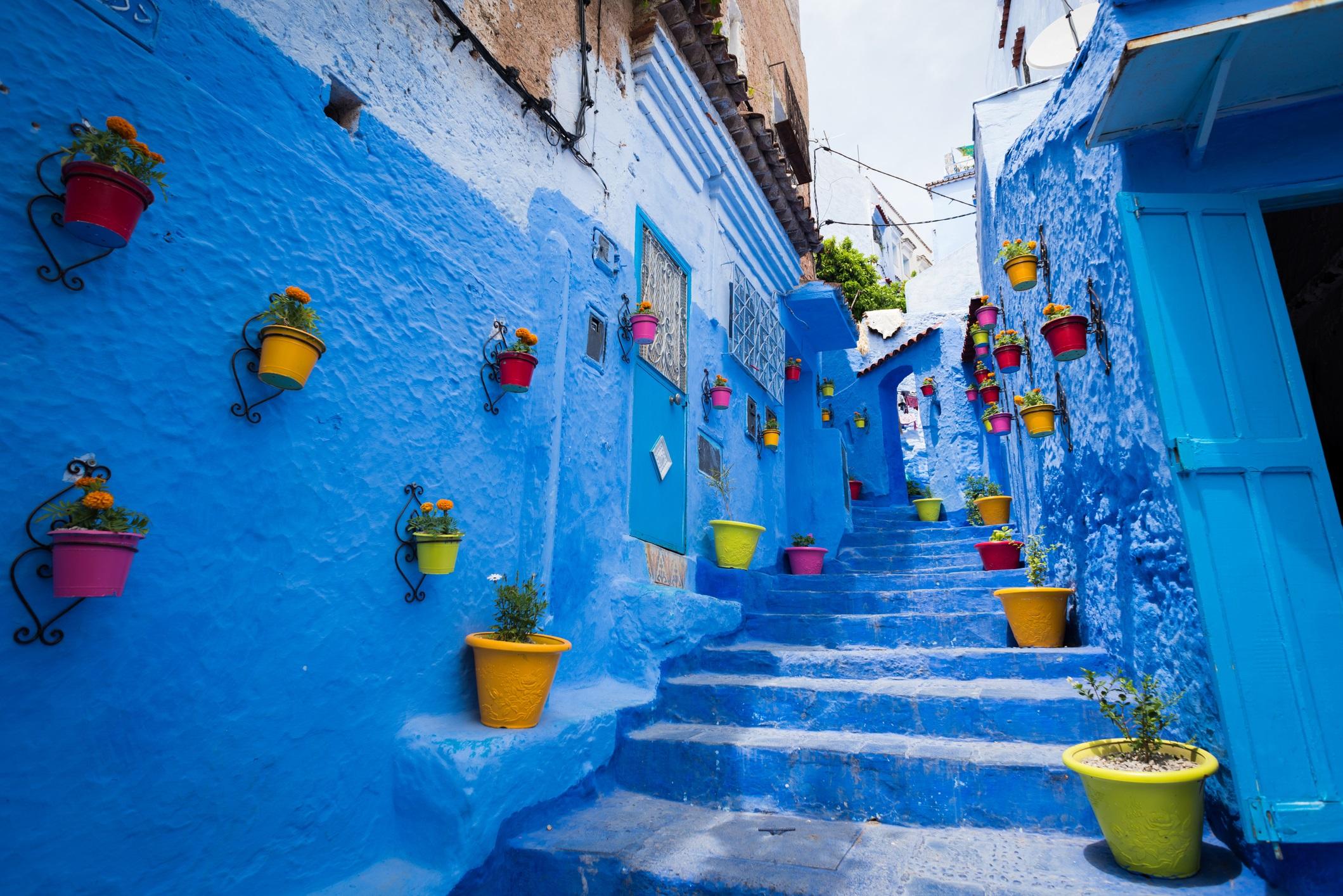 <p><strong>Шефшауен, Мароко</strong></p>  <p>Сгушен високо в Атласките планини град Шефшауен е исторически град, известен с това, че къщите му са боядисани във всички нюанси на синия цвят. За разлика от суматохата и енергията на Маракеш, този планински град предлага възможност да се насладите на по-бавен и съзерцателен начин на живот.</p>