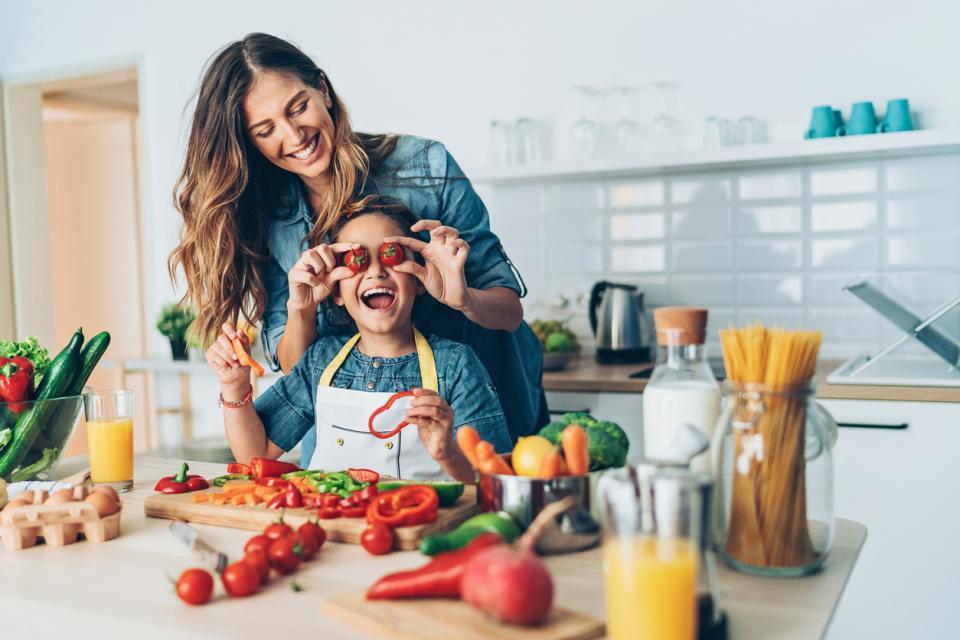 майка дъщеря дете кухня готвене плодове зеленчуци здравословно