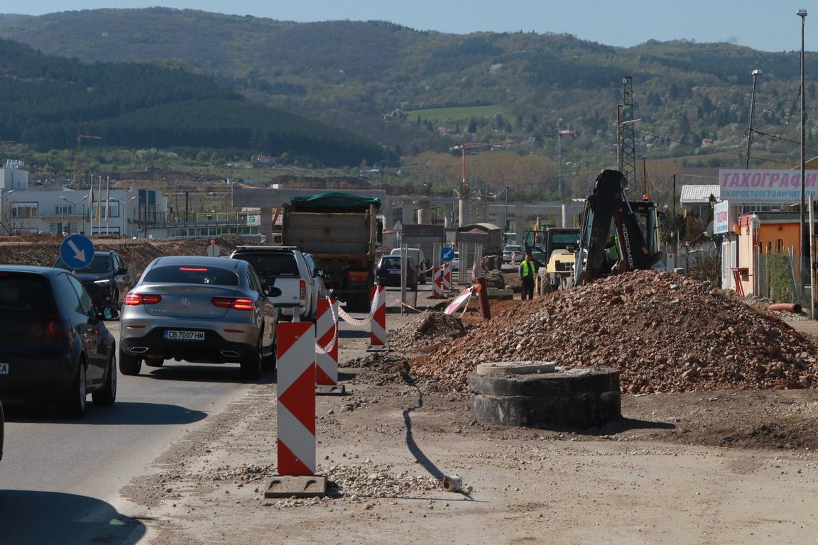 <p>Министърът на регионалното развитие и благоустройството Петя Аврамова и столичният кмет Йорданка Фандъкова се запознаха с напредъка по разширението на Софийския околовръстен път в участъка от пътен възел &quot;Цариградско шосе&ldquo; до пътен възел &quot;Младост&quot;.</p>