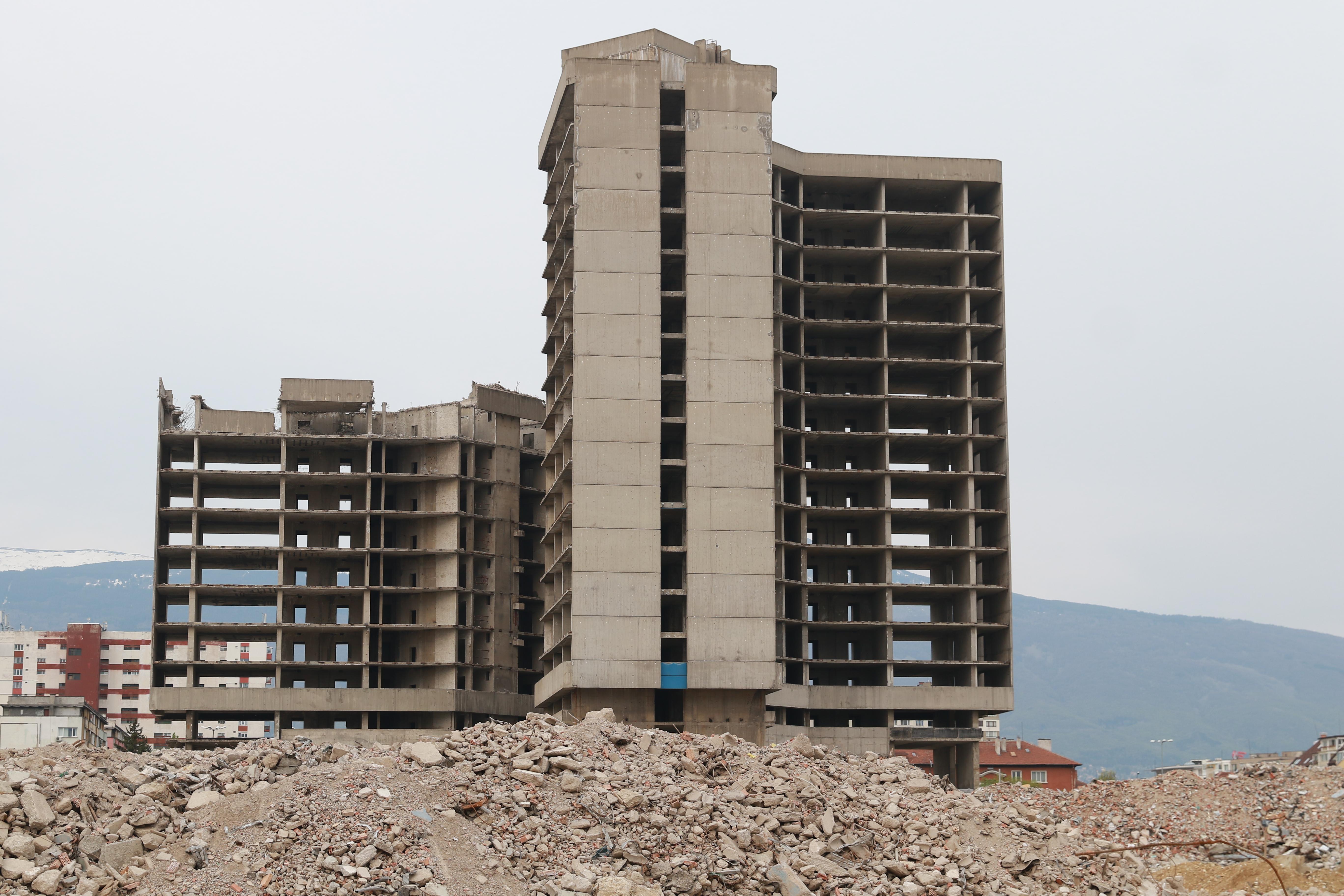 <p>Тази сутрин с контролиран взрив бе разрушена недостроената сграда на ИПК &bdquo;Родина&rdquo;. 17-етажната стоманобетонна конструкция беше съборена чрез взривяване с дистанционен механизъм.</p>