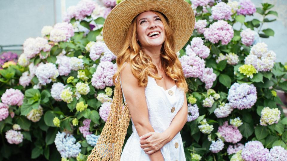 жена пролет лято цветя красота усмивка рокля шапка