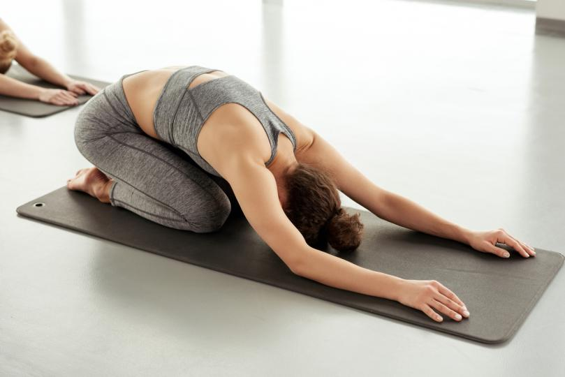 <p><strong>Детска поза</strong></p>  <p>Това е безопасен и нежен начин за разтягане на гръбначния стълб. Просто отпуснете торса над коленете, като главата е опряна на възглавница или постелката &ndash; тази позиция за сгъване напред е създадена да създава комфорт и усещане за почивка.</p>