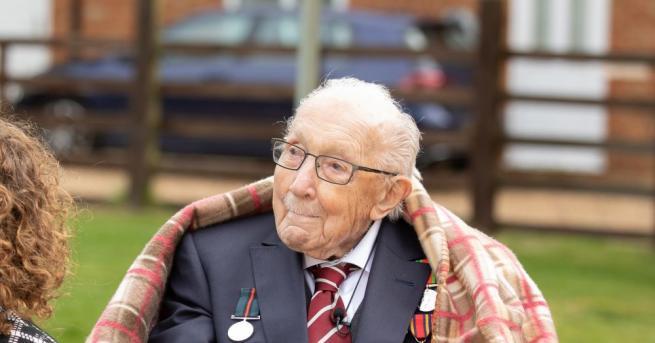 Бившият капитан от британската армия Том Мур, който е почитан