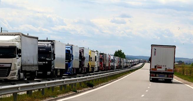 Около 7-километрова колона от изчакващи тежкотоварни камиони се е образувала