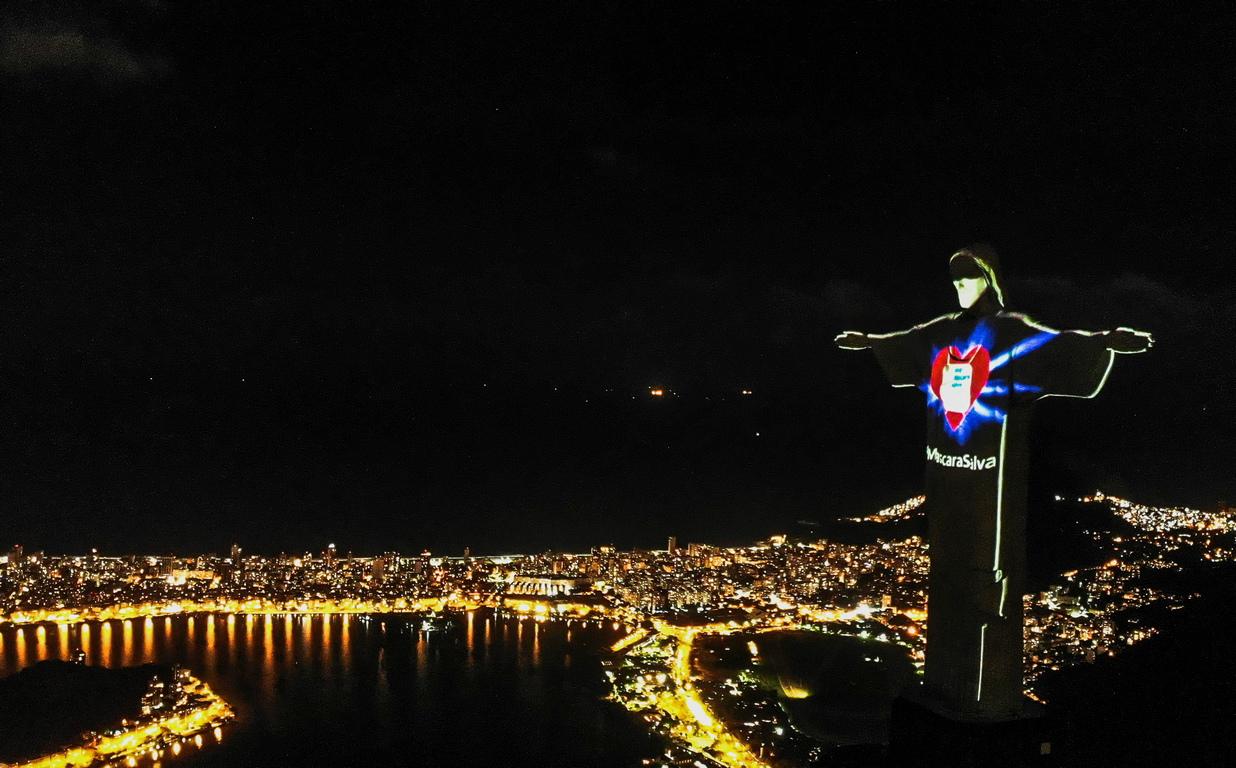 <p>В Рио де Жанейро световноизвестната статуя на Христос Спасителя придоби нов облик, след като върху лицето й беше проектирана маска, заедно със съобщението &bdquo;Маските спасяват (животи)&ldquo;.</p>