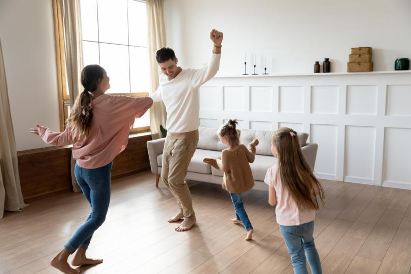 <p><strong><i>Направете семейно тържество</i></strong></p>  <p>Определете ден и час, в който всички членове на семейството трябва да се облекат подходящо, може и да се гримират (ето идея и за маскен бал!), разместете малко мебелите, пуснете си музика, опечете фъстъци, налейте по едно вино (на малките деца &ndash; не!) и... ето ви парти! То почти си стана като Нова година!</p>