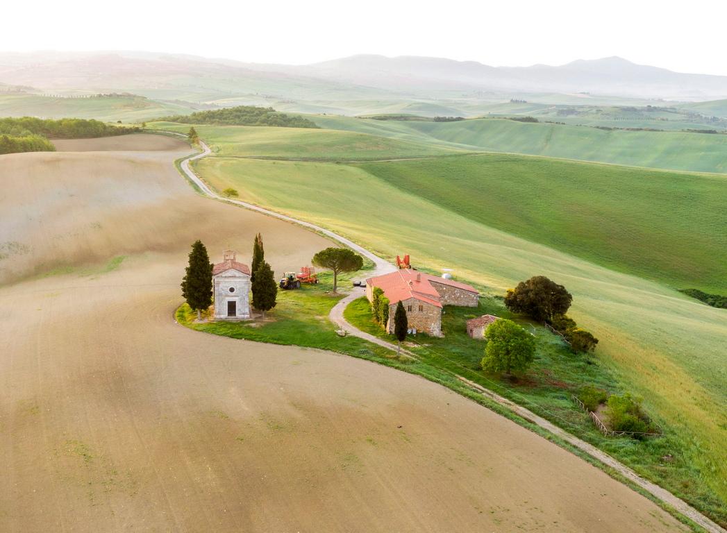 <p>Очарователната и омагьосваща гледка към долината Вал д&#39;Орсия се превърна в истинска отличителна черта на Тоскана. Затова пътешествениците в Италия определено трябва да посетят провинциите Сиена и Гросето и да се насладят на тихите красоти на този прочут регион.</p>