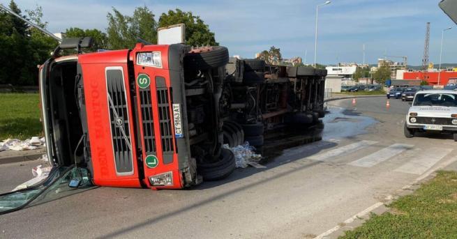 Тежкотоварен камион, превозващ отпадъци, се преобърна на едно от най-оживените