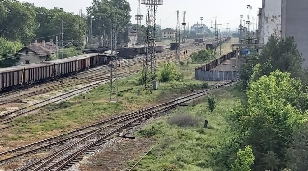Товарен влак дерайлира край гара Нова Загора...