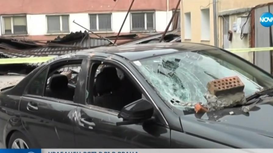 Ураганен вятър събори покрив във Враца