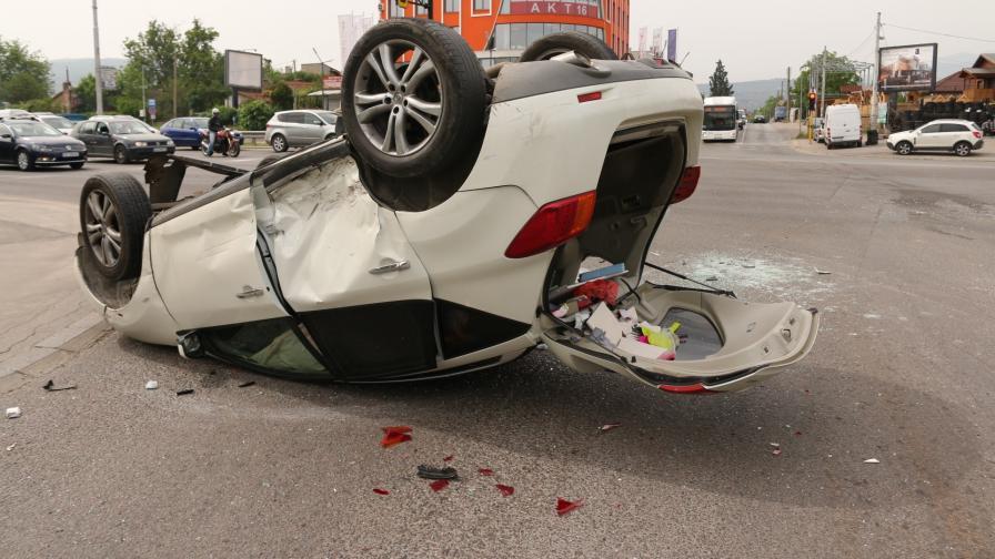 <p>Тежка катастрофа в София, кола се обърна по таван</p>