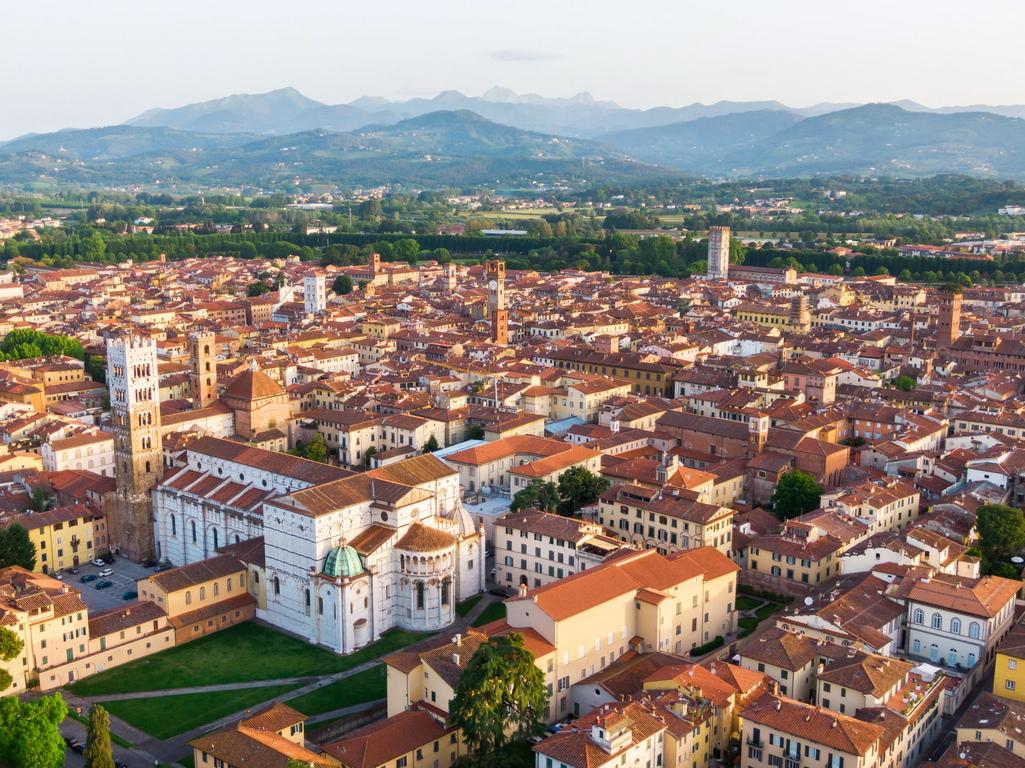 <p>Разположен е в северозападната част на област Тоскана, в сърцето на плодородна равнина близо до Средиземно море, на 19 м надморска височина и се простира на площ от 185 кв. км. Името му произлиза от думата &bdquo;luc&rdquo; &ndash; блатисто място. Наречен е така заради климатичните и хидрографските особености на района.</p>