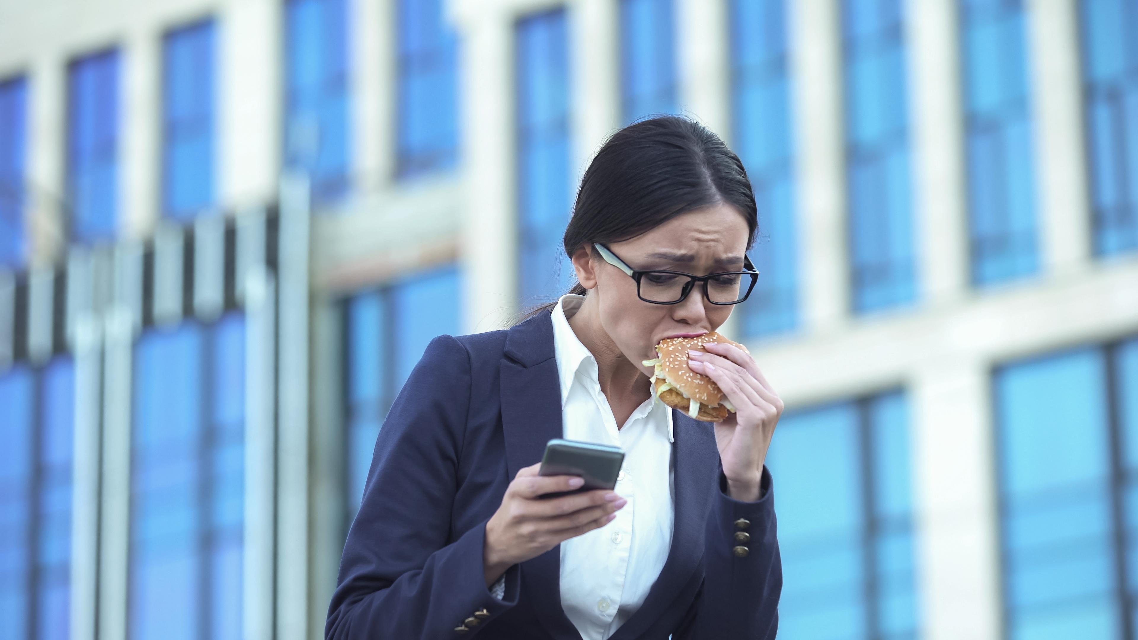 <p>7. Храните се твърде бързо Хората, които се хранят бързо имат по-голям апетит и тенденция към преяждане по време на хранене, в сравнение с тези които ядат бавно. Те също са по-склонни да бъдат с наднормено тегло. Тези ефекти отчасти се дължат на липсата на дъвчене и намаленото съзнание, което се получава, когато се храните прекалено бързо, и двете са необходими за облекчаване на чувството за глад. Освен това бавното ядене и грижливото дъвчене дават на тялото и мозъка ви повече време, за да освободят хормони срещу глада и да предадат сигнали за пълнота и ситост.</p>