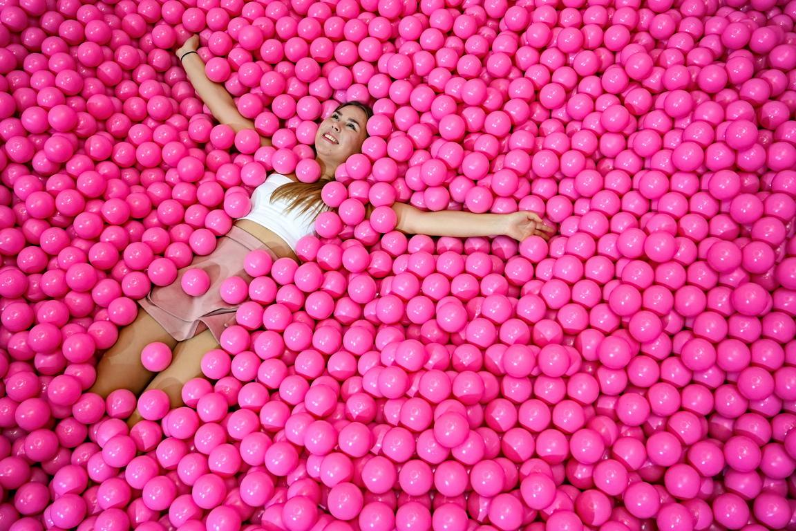 <p>Розовото е един от онези цветове, които притежават безброй противоположни значения. Розови мечти и Розови очила - устойчивите изрази, в които цветът е символ на излизането от реалността, синоним на непрактичност</p>
