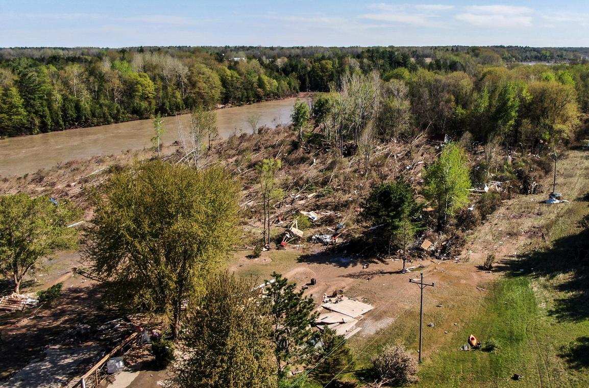<p>Живеещите по протежение на реката край град Мидланд получиха спешен сигнал на мобилните си телефони да се евакуират. Той беше изпратен на всички, живеещи на 10 километра от язовира.</p>