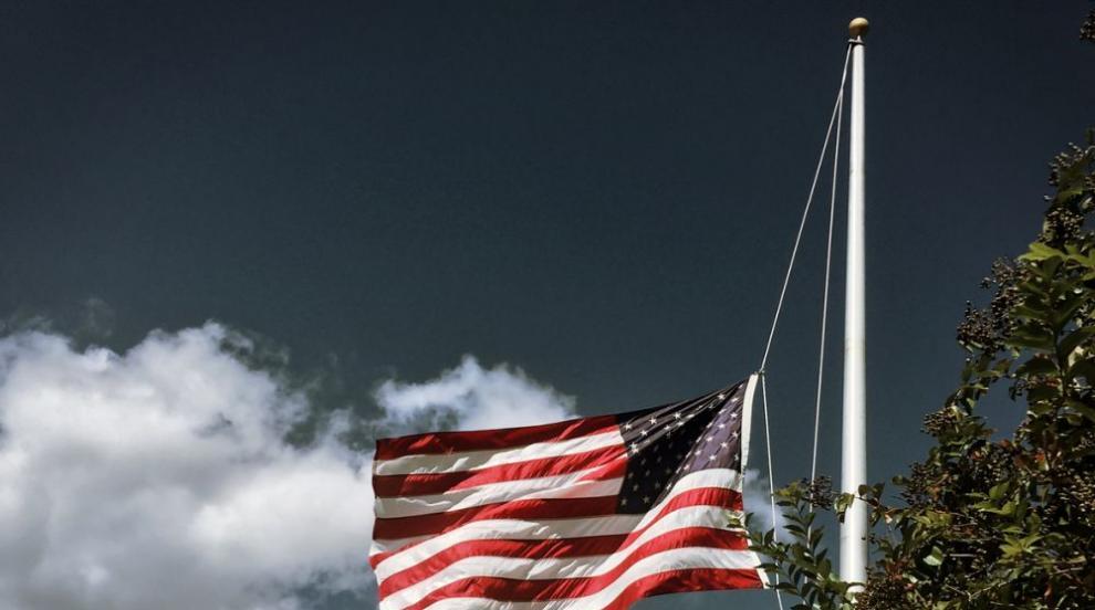 Тръмп нареди знамената да бъдат спуснати наполовина...