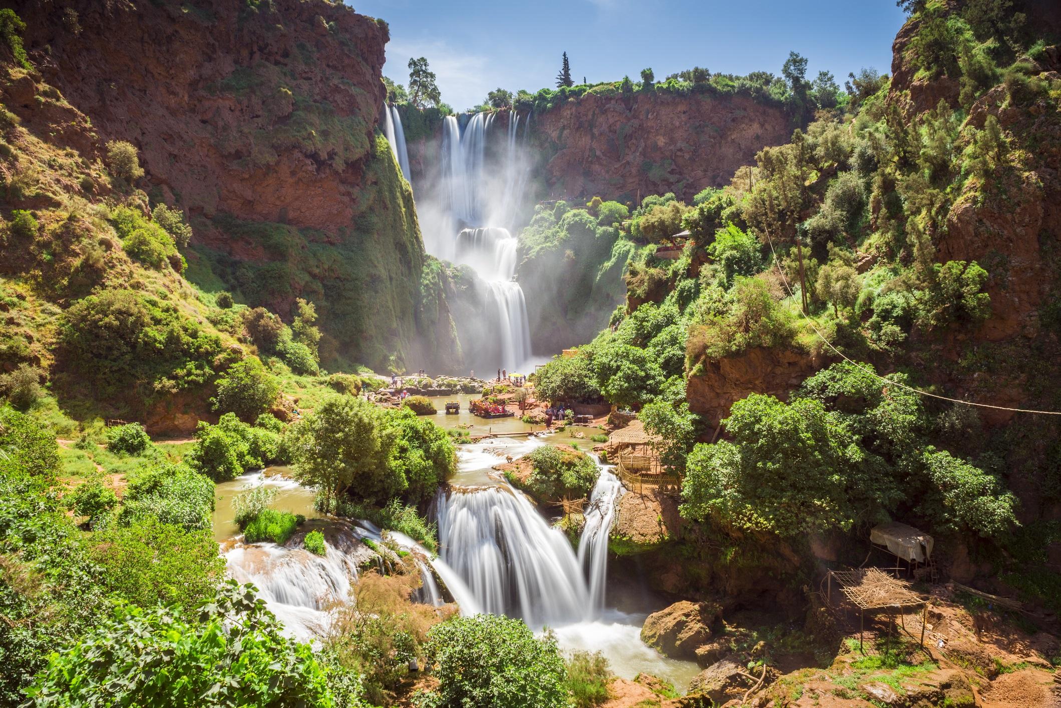 <p><strong>Узуд, Мароко</strong></p>  <p>Водопадите Узуд в планината Атлас са най-високият и най-пълноводен водопад в Мароко. През няколко каскади от червени скални масиви водата се спуска от 110 метра височина. На мястото, където отново докосва земята, водата образува малко езеро. Посетителите могат да се спуснат по малка туристическа пътека от ръба на скалите чак до основата на водопада.</p>
