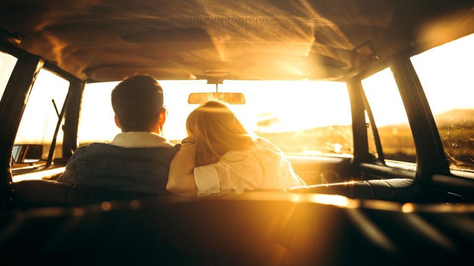 жена мъж двойка любов връзка кола залез пътуване пътешествие романтика