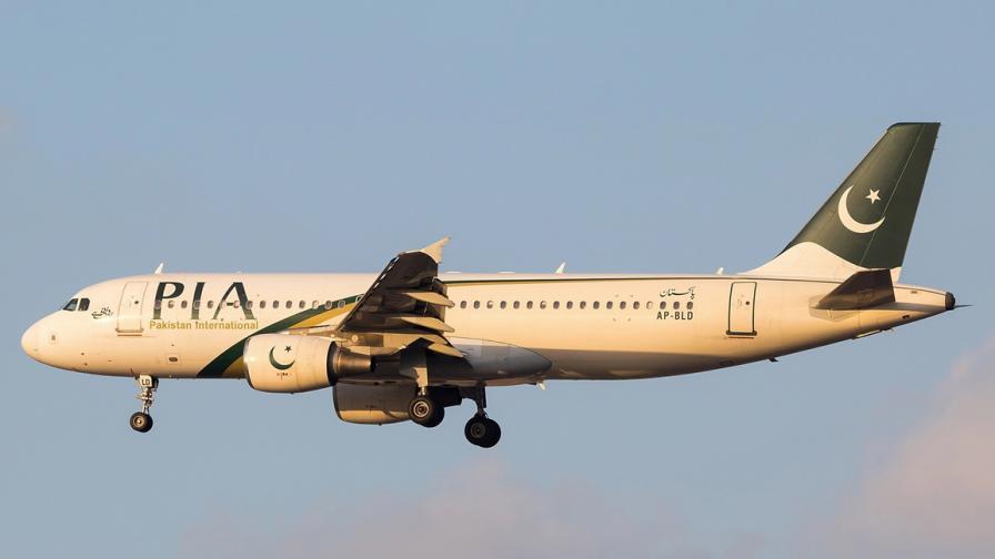 Самолет с близо 100 души на борда се разби в...