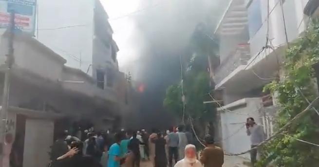 Най-малко двама души са оцелели при катастрофата на пакистанския самолет,