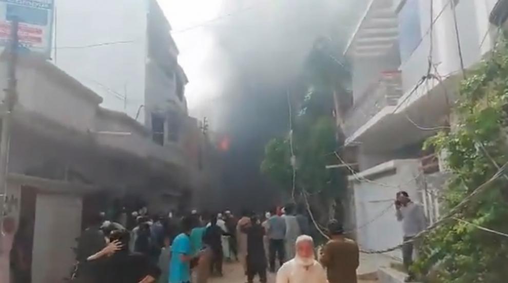 Има оцелели след самолетната катастрофа в Карачи,...