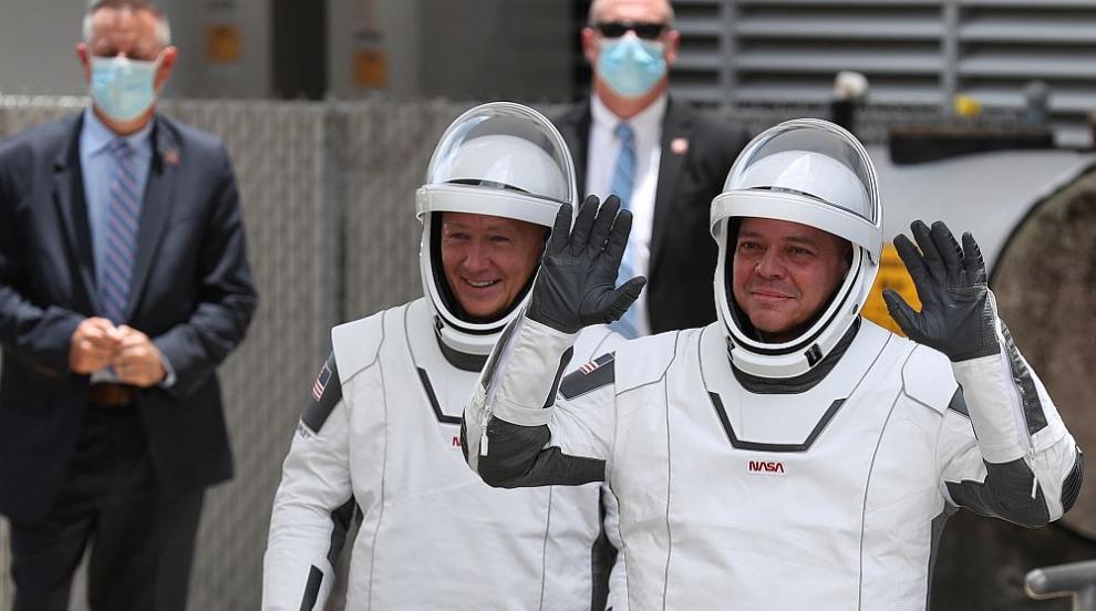 NASA и SpaceX отложиха изстрелването на астронавти в Космоса заради лошото време