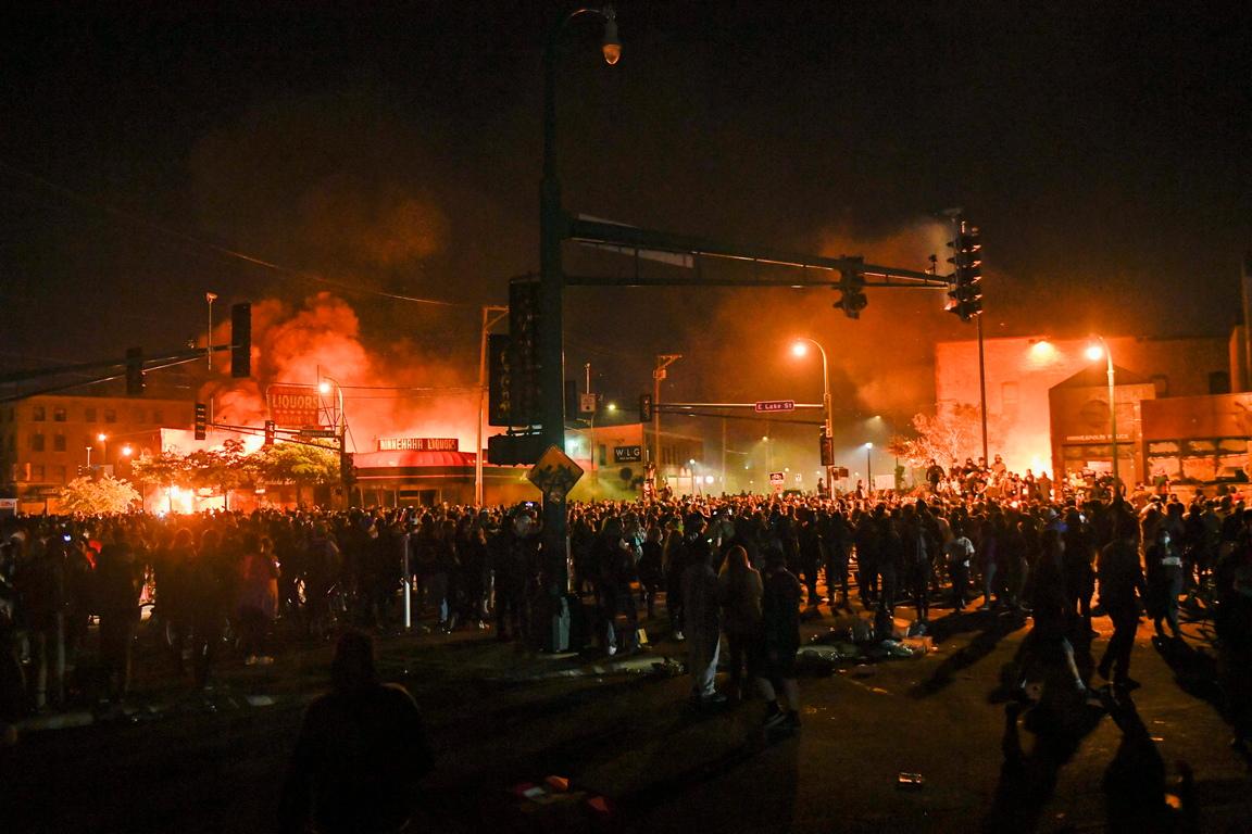 <p>В града започнаха протести, довели до прояви на вандализъм и пожари. ФБР се присъедини към разследването на смъртта на Флойд, като обяви този случай за приоритет</p>