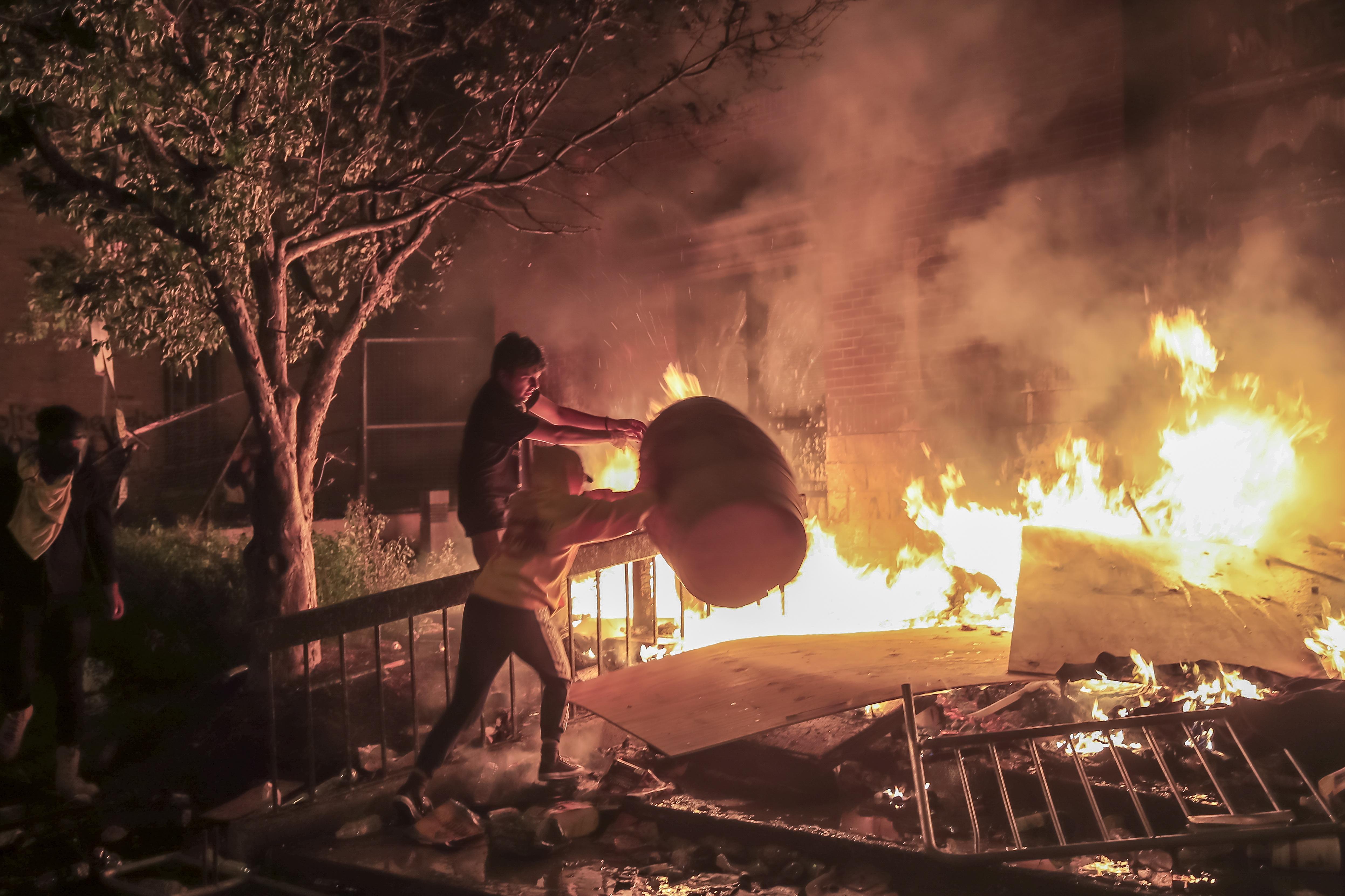 Хиляди хора участваха снощи в сблъсъци с полицията и палеха сгради и автомобили в Минеаполис. До бунтовете се стигна след убийството на чернокож при арест. Протестната вълна се разпространи и в съседните щати.