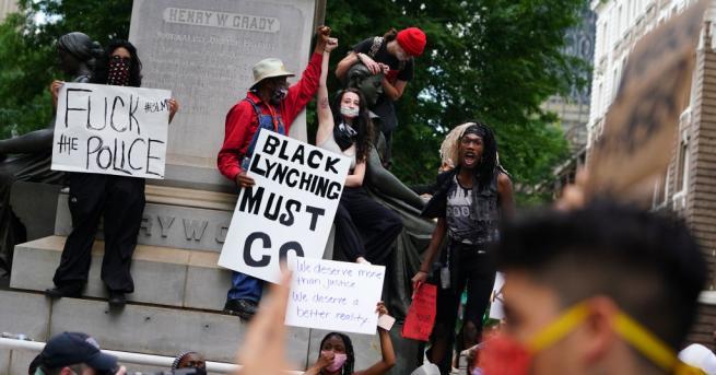 Демонстранти, протестиращи срещу полицейския произвол, довел до смъртта на чернокож