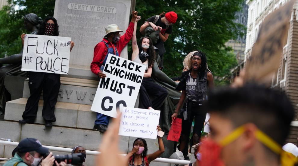 Протестиращи срещу полицейското насилие нападнаха и централата на CNN в Атланта (ВИДЕО)
