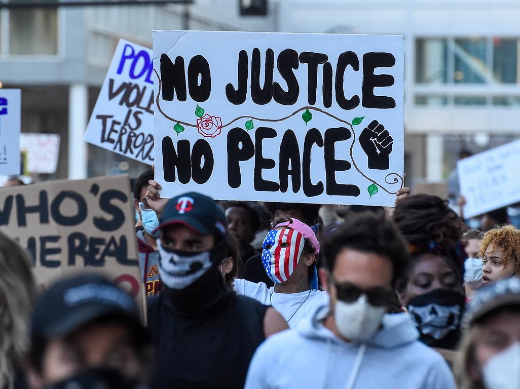 <p>Президентът на САЩ Доналд Тръмп заплаши в петък, че ще спре грабежите в Минеаполис с безмилостна военна сила, след като този град преживя трета нощ на палежи и безредици заради полицейското убийство на невъоръжен чернокож.</p>