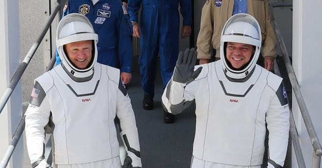 Въпреки прогнозите за бури двамата астронавти на НАСА се отправиха