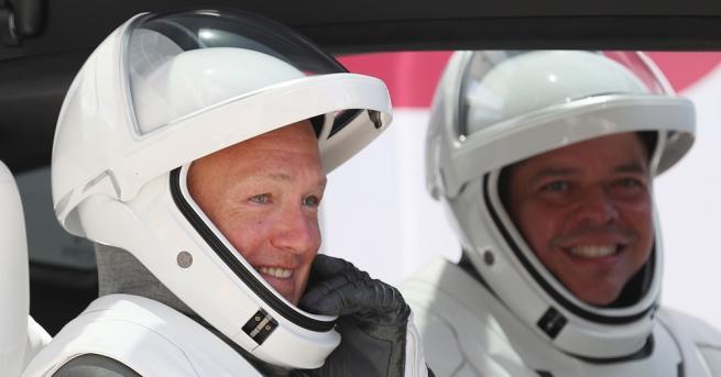 Астронавтите на борда на частния космически кораб на компанията Спейс