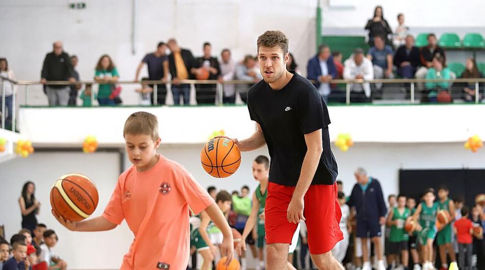 Баскетболистът Александър Везенков призова: Който...