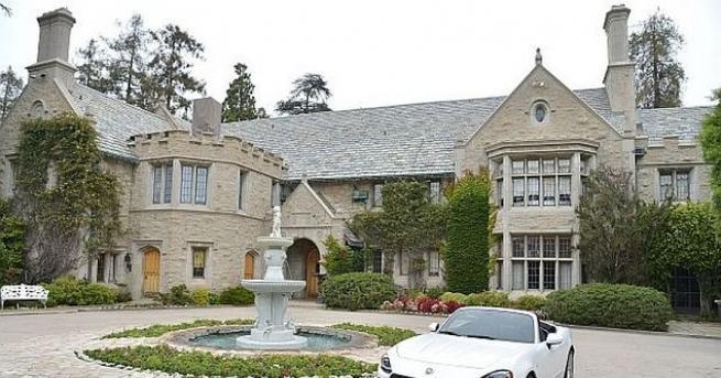 Животът в прословутото имение на основателя на Playboy Хю Хефнър