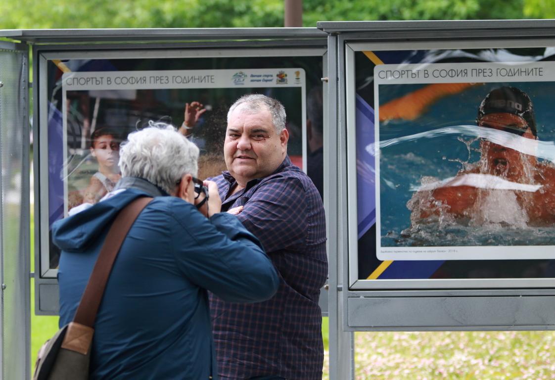 <p>28 уникални снимки на изтъкнатия фоторепортер представят в градинката пред НДК част от най-паметните мигове и личности, оставили ярка следа в историята на българската столица.</p>