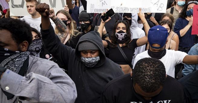 Мощна вълна от насилие обхвана градовете на Съединените американски щати.